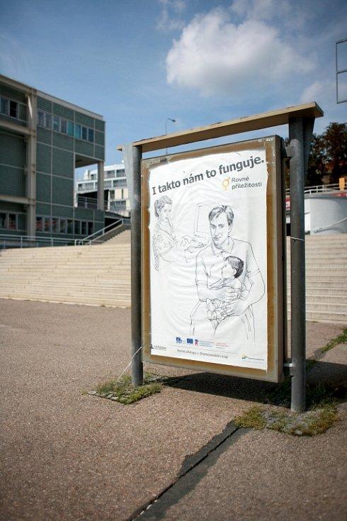 Projekt o rovných příležitostech mužů a žen začal v červenci umístěním deseti takzvaných city lightů například na tramvajových nebo autobusových zastávkách na hlavním nádraží, Nových sadech nebo České.