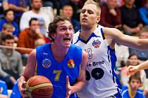 Basketbalista Václav Honomichl (v bílém).