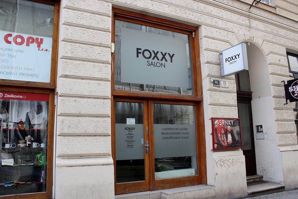 Zavřené kadeřnictví v Kozí ulici v historickém centru Brna, 13. března 2021.