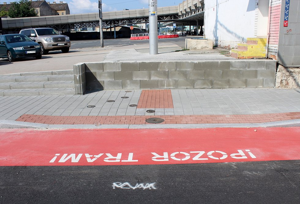 Nově opravenou Plotní a Svatopetrskou ulicí jezdí tramvaje od začátku července. Na autobusové nádraží Zvonařka není bezbariérový přístup.