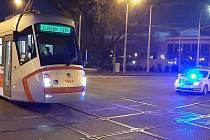 Na křižovatce ulic Moravské náměstí a Rooseveltova se srazila tramvaj s cyklistou. Ten utrpěl středně těžká poranění.