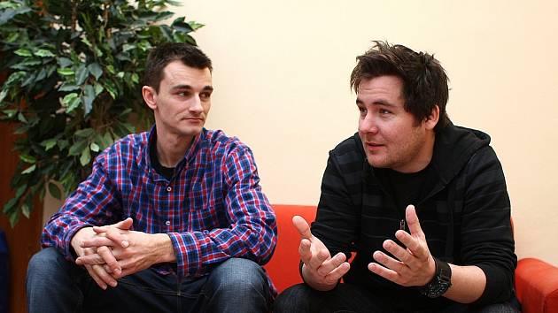 Nápad s podsvíceným skateboardem se zrodil v hlavách Jana Minola (vlevo) a Jana Dojčána spontánně.