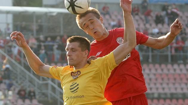 Fotbalový obránce Luděk Pernica (v červeném).