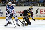 Domácí HC Kometa Brno v bílém (Ivan Baranka) proti HC Litvínov (Martin Hanzl).
