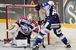Hokejisté brněnské Komety v 47. extraligovém kole doma přetlačili Pardubice 2:1. Na snímku Zohorna Hynek a Kacetl (PA).