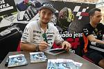 Karel Abraham při podepisování na autogramiádě jezdců Moto GP v brněnské Vaňkovce. Vpravo Jakub Kornfeil.