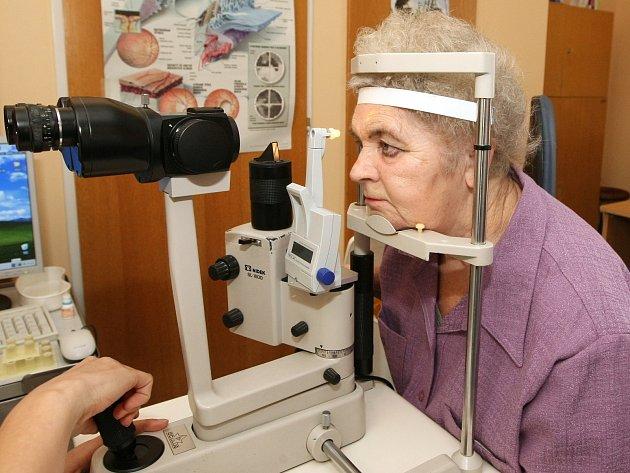 Libuše Buryšková při vyšetření očního tlaku.