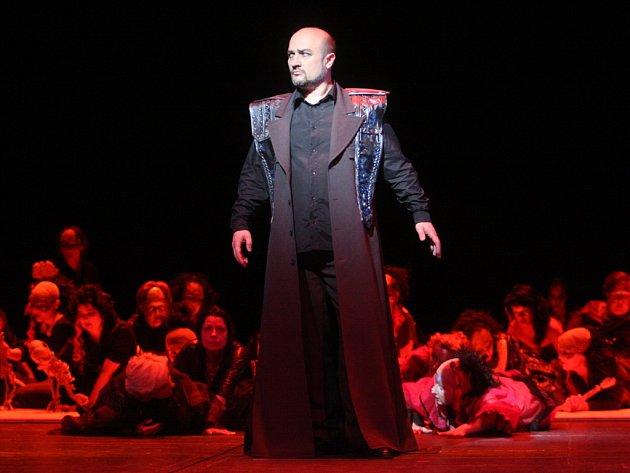 Shakespearova Macbetha ztvárnil v brněnském Janáčkově divadle sólista Vladimír Chmelo.