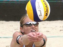 V ženské části beachvolejbalového turnaje ve Slavkově u Brna kralovaly Kristýna Kolocová s Michaelou Kvapilovou, které ve finále zdolaly 2:0 Šárku Nakládalovou s Brňankou Hanou Skalníkovou.