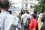 Odhadem osm desítek sympatizantů protiislámského hnutí Martina Konvičky se sešlo v úterý odpoledne před brněnskou mešitou ve Vídeňské ulici.