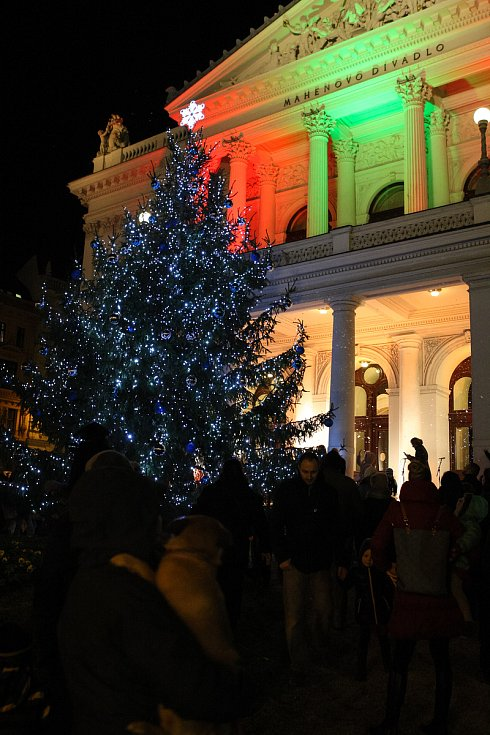V neděli rozsvítili strom přihlížejícím i před Mahenovým divadlem v Brně.