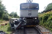 Proč vjel řidič se svým autem přímo před jedoucí vlak, řeší policie.