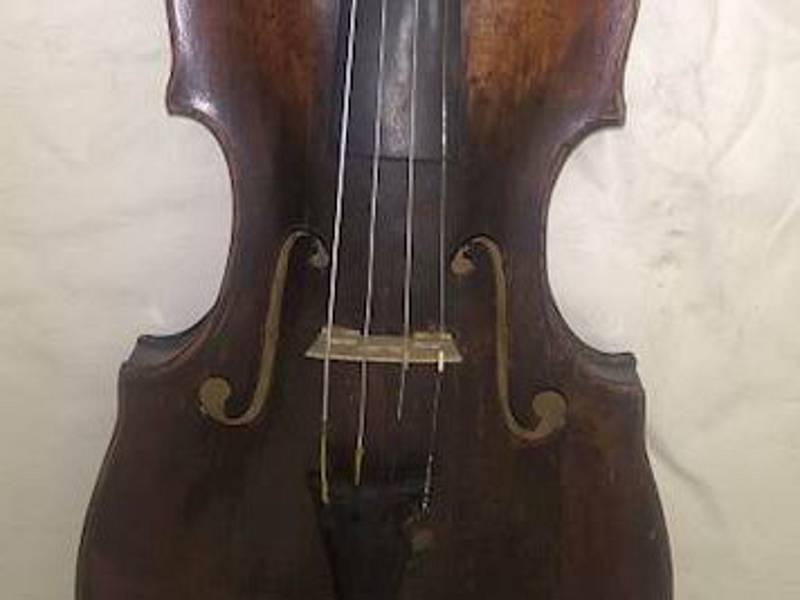 Úřad pro zastupování státu ve věcech majetkových prodal čtvery housle z pozůstalosti muže z Brněnska, který neměl dědice. Byly mezi nimi i stradivárky z roku 1714.