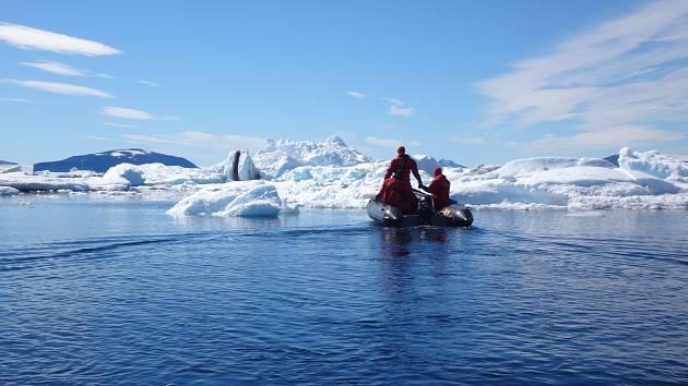 Vědci Masarykovy univerzity se minulý týden po necelých třech měsících strávených výzkumem na Antarktidě vrátili do Brna. Sebou přivezli nejen vzorky, ve kterých mikrobiologové našli nový druh bakterie, ale také si připsali zaznamenání teplotního rekordu.