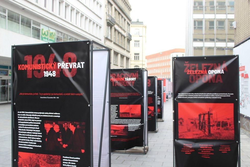 Železnou oponu a smrt lidí při pokusu o emigraci připomíná také výstava, která v neděli začala v Kobližné ulici. Iniciativa Společně Brno připravila několik panelů, připomínajících období minulého režimu.