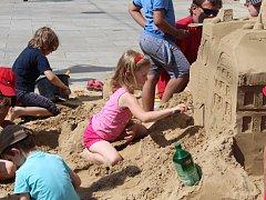 Na brněnském Moravském náměstí lidé stavěli zámek z písku.