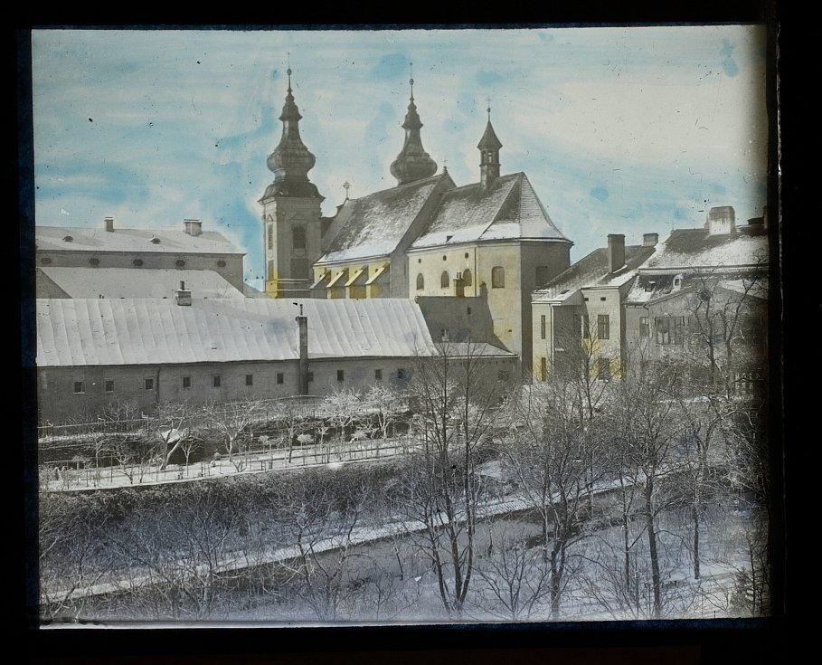 Znojmo v zimním hávu. Pohled do části Husových sadů s kostelem Nalezení sv. Kříže a částí dominikánského kláštera v pozadí.