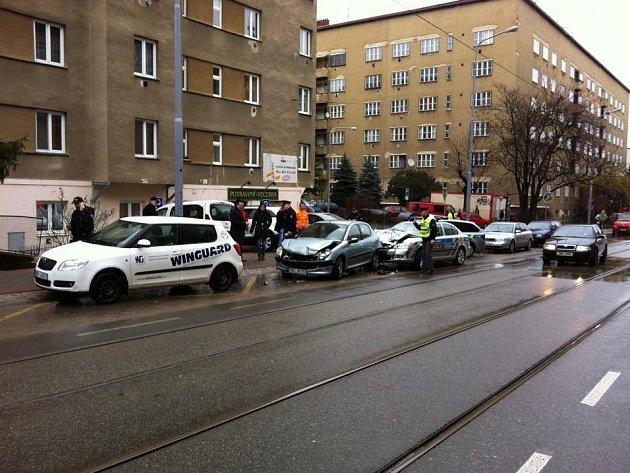 Nehoda vbrněnské Merhautově ulici. Bouralo ipolicejní auto.