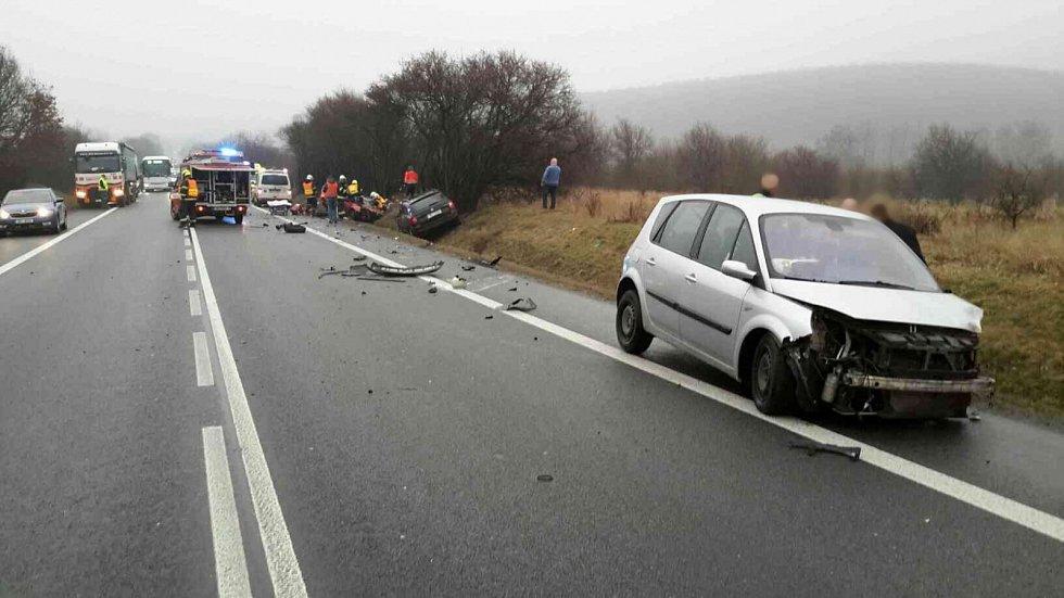 Srážka tří osobních automobilů zablokovala jeden jízdní pruh silnice I/43 u Kuřimi.