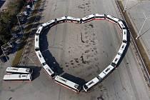 Autobusové srdce vytvořili nadšenci z brněnského dopravního podniku za dvě a půl hodiny. Potřebovali na to deset autobusů.