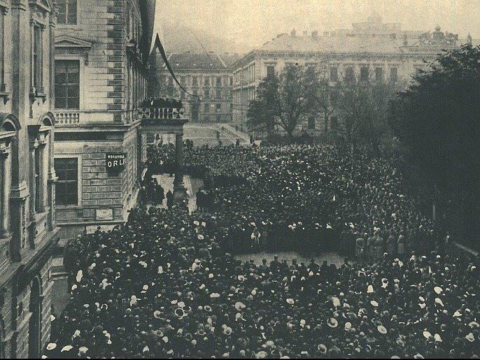 Zprávu o zrodu nové republiky se Brňané dozvěděli 29. října 1918. Od rána se lidé scházeli před Besedním domem, srdcem českého spolkového života v Brně. Před polednem z balkonu oficiálně oznámili zprávu o vzniku Československé republiky.