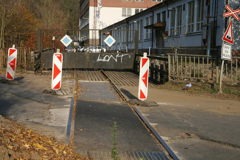 Rozbité přejezdy bývalé vlečky v blanenské ulici Gellhornova.