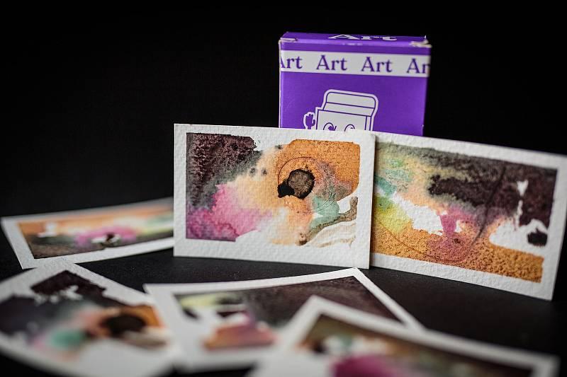 V Artmatu si zájemci zakoupí drobná umělecká díla, jejich cena se pohybuje od padesáti do sta korun.