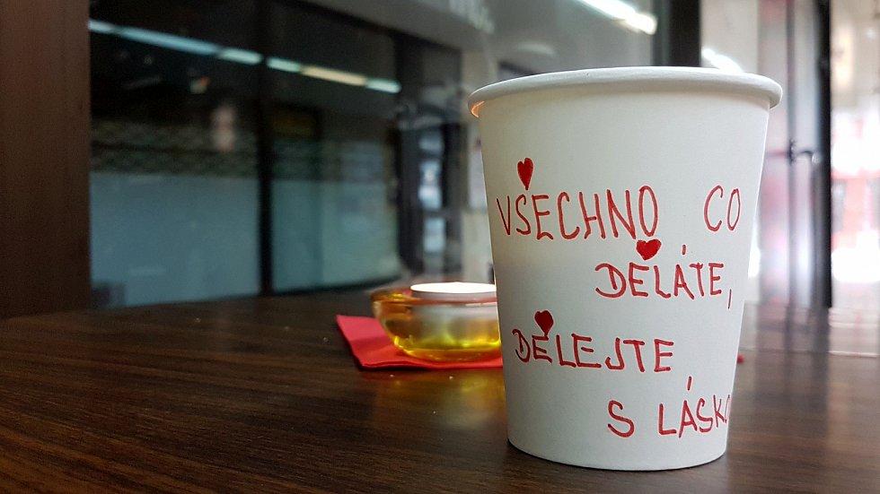 Letošní Valentýn bude jiný. I tak si ho ale lidé mohou užit u obrazovek - Zoo Brno připravilo online program, nebo si zamilovaní mohou nechat dovézt večeři až ke dveřím.