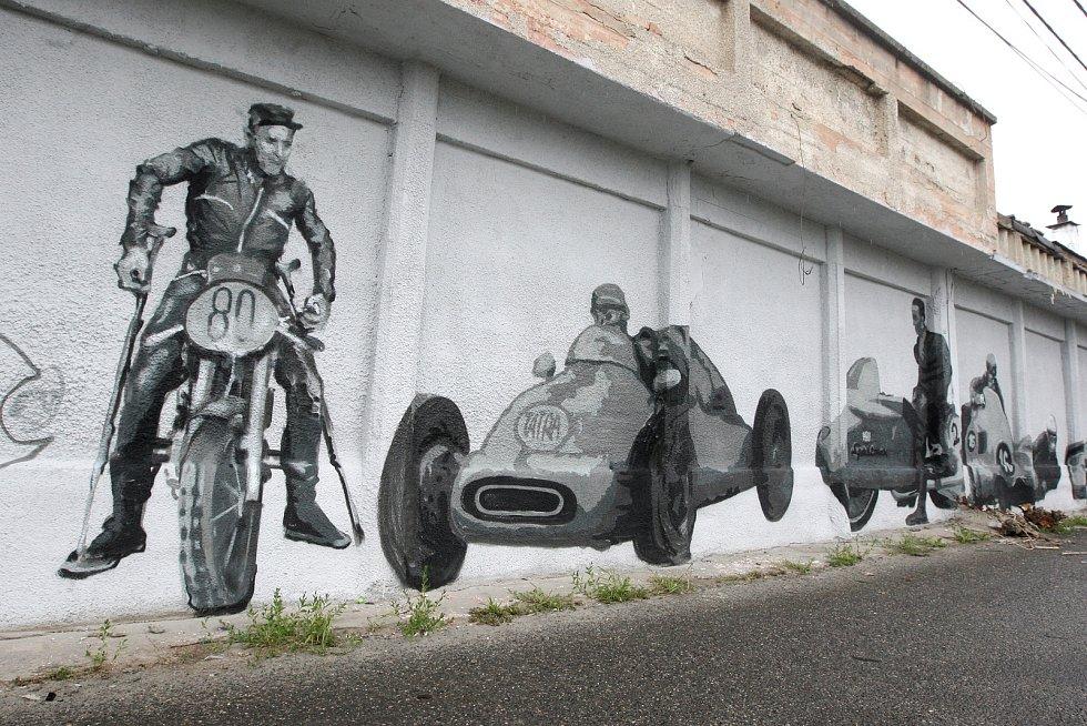 Vznikající graffiti na zdi bývalých boxů původního Masarykova okruhu v Brně.