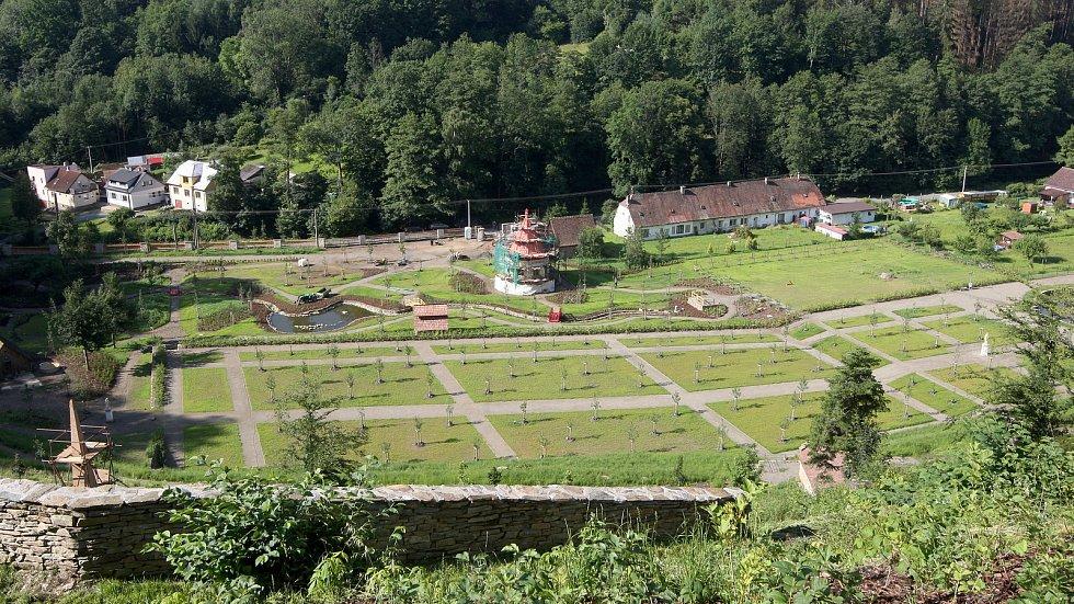 Obnova vrchnostenské okrasné zahrady na hradě Pernštejn.
