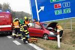 Osobní auto narazilo v sobotu dopoledne do dopravního značení v brněnském Starém Lískovci. Jednoho člověka museli hasiči z auta vyprostit.
