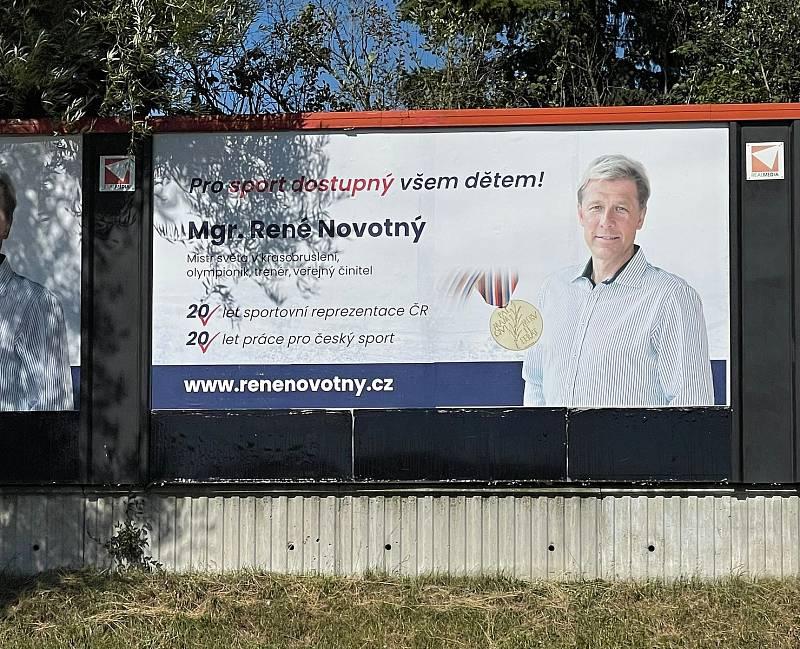 V září se v Brně objevily billboardy, na kterých je René Novotný. Za ANO kandiduje ve volbách do Poslanecké sněmovny.