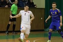 Brněnský futsalista David Cupák (ve světlém) těží z robustní postavy, má za úkol podržet balon.