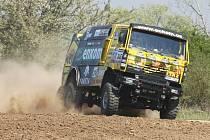 Závodní kamion z Dakarské rallye včetně českého řidiče Vlastimila Vildmana se v pátek proháněl v okolí Němčiček a Bratčic na Brněnsku.