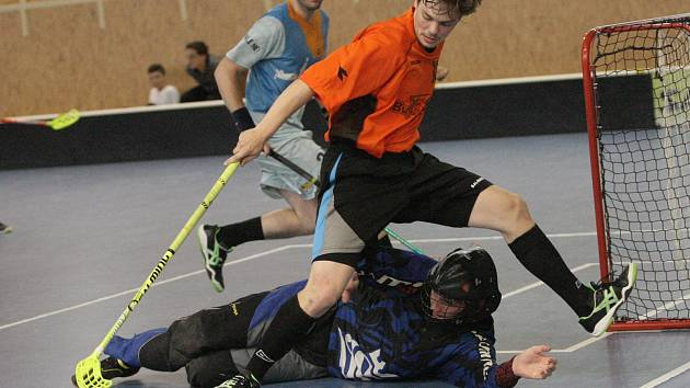 V souboji o třetí místo na florbalovém Hummel Open Game porazil Richmond (v oranžovém) 8:3 tým The Pisstols.