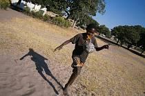 SPOUSTA VOLNÉHO ČASU. Většina dětí v zambijském Katongu do školy nechodí. Buď žebrají na ulicích, nebo hrají fotbal.