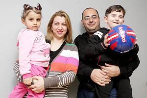 Milad Saqat se ženou Sebou Ayshou a s dětmi.