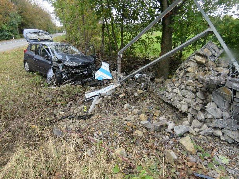 Dopravní nehoda v Jedovnické ulici. Řidič střet s konstrukcí billboardu nepřežil.