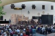 Hlavní nádvoří brněnského hradu Špilberk se v sobotu večer proměnilo v dějiště dramatického příběhu. Herci operního souboru Národního divadla Brno představili pod širým nebem jednu z nejznámějších oper, Carmen.