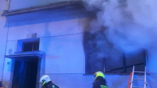 Hašení požáru rodinného domu v brněnských Bohunicích.