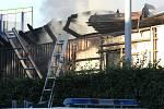 Hasiči odhadují, že požár budou hasit nejméně dva dny.