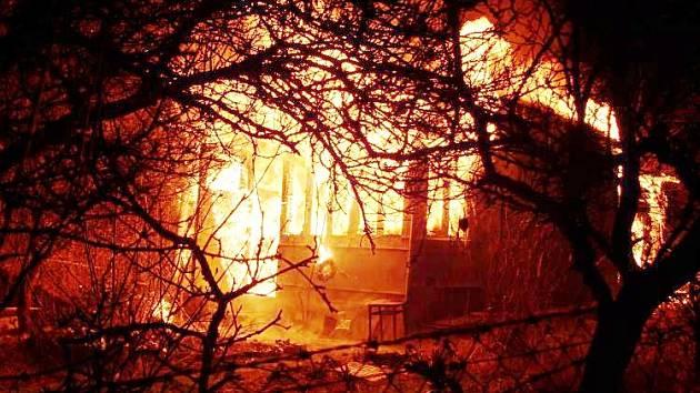 Opilého bezdomovce zachránili policisté z hořící chaty