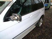 Mladík poničil v Újezdu u Brna dvě zaparkovaná auta. Na osobním automobilu Lexus nejdříve kopnul do zrcátka a pak poškrábal jeho lak. Na nedaleko zaparkovaném automobilu Hyundai pak poničil zpětné zrcátko.