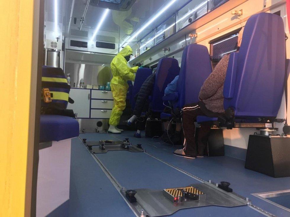 Jihomoravští záchranáři převezli ze Žatce do Brna pět covidových pacientů. Poprvé při tom využili nový velkokapacitní vůz.