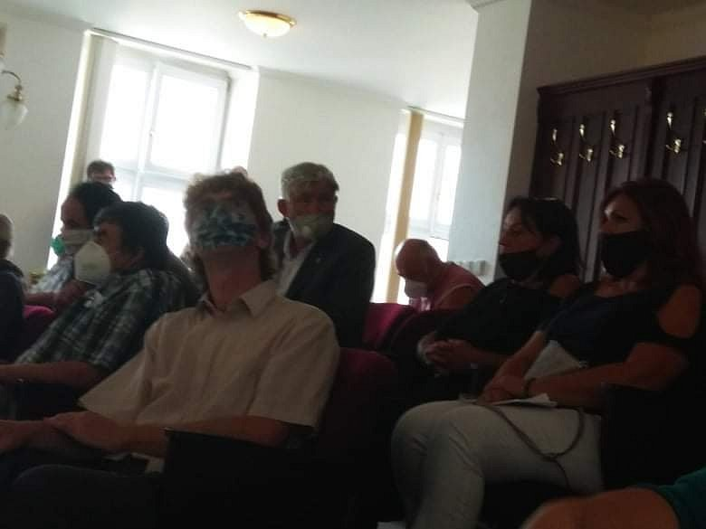 Odpůrci prosazují variantu Boskovickou brázdou mimo hustě osídlenou oblast. Svůj názor přišli vyjádřit i na zastupitelstvo.