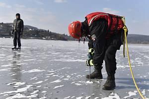 Měření tloušťky ledu na Brněnské přehradě.