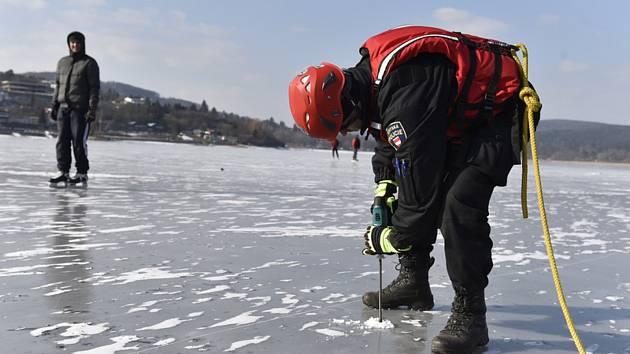 Brněnská přehrada ani přes mrazivé noci nebude o víkendu vhodná k bruslení