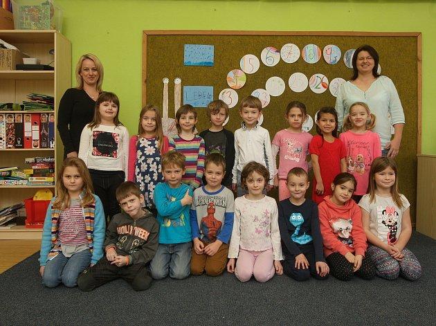 Žáci 1.třídy ze ZŠ vŘeznovicích sučitelkami Martinou Grycovou a Janou Krpatovou.