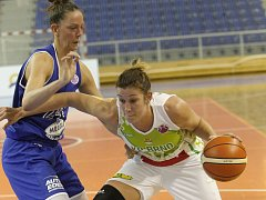 Basketbalistky KP Brno v úvodním zápase EuroCupu prohrály doma s německým Wasserburgem jednoznačně 51:73. Na snímku Šujanová a Tobinová.