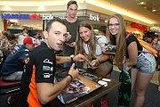 Jakub Kornfeil při podepisování na autogramiádě jezdců Moto GP v brněnské Vaňkovce.